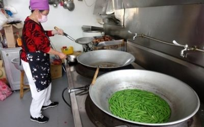 豐原區鎌村社區照顧關懷據點志工烹煮愛心食材。(記者陳金泉翻攝)