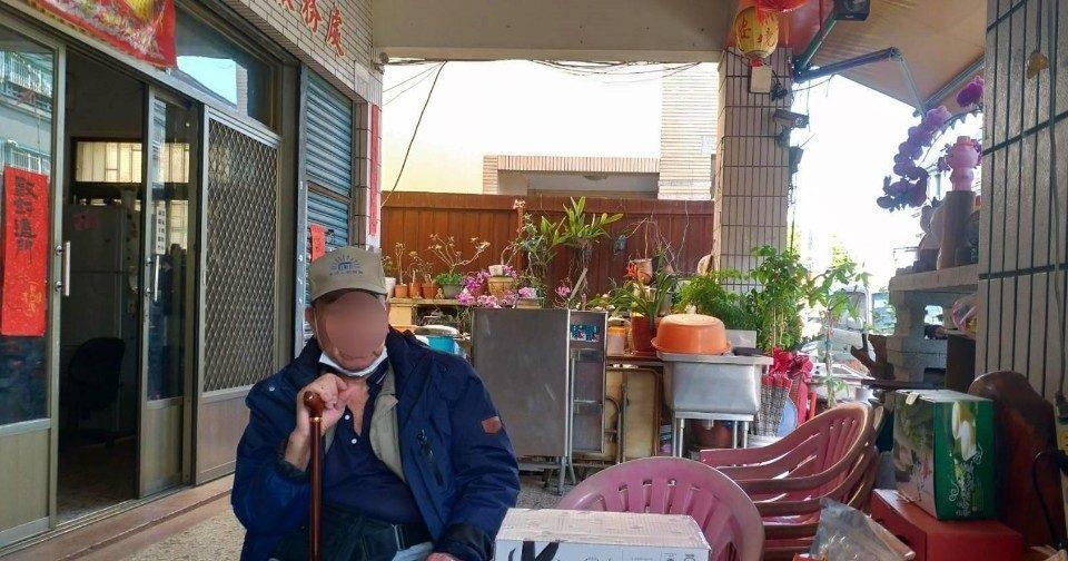 上壽翁患眼疾拄杖外出迷途 警民合作助返家。(記者林俊維翻攝)