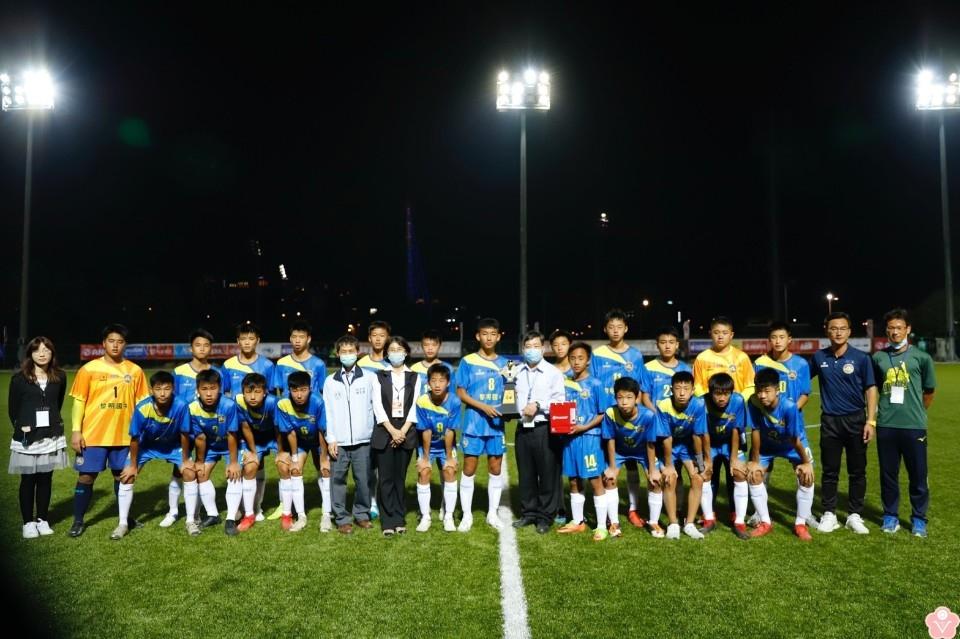 中等學校足球聯賽 黎明國中男子組、五權國中女子組勇奪亞軍。(記者陳信宏翻攝)
