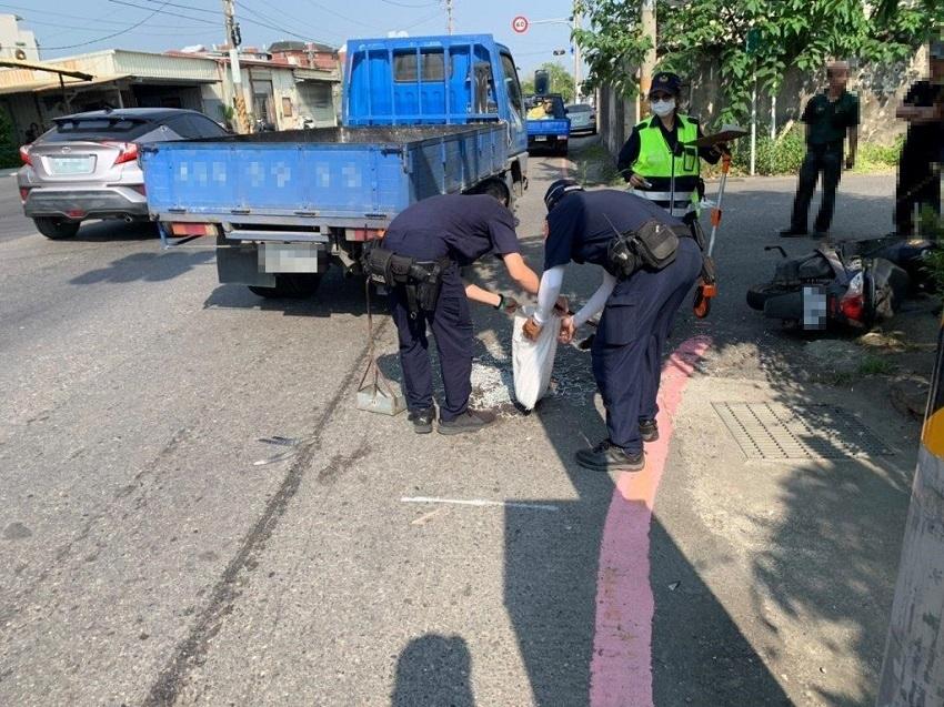 事故現場螺絲撒滿地 阿蓮警迅速排除恢復交通順暢。(特派員林惠貞翻攝)