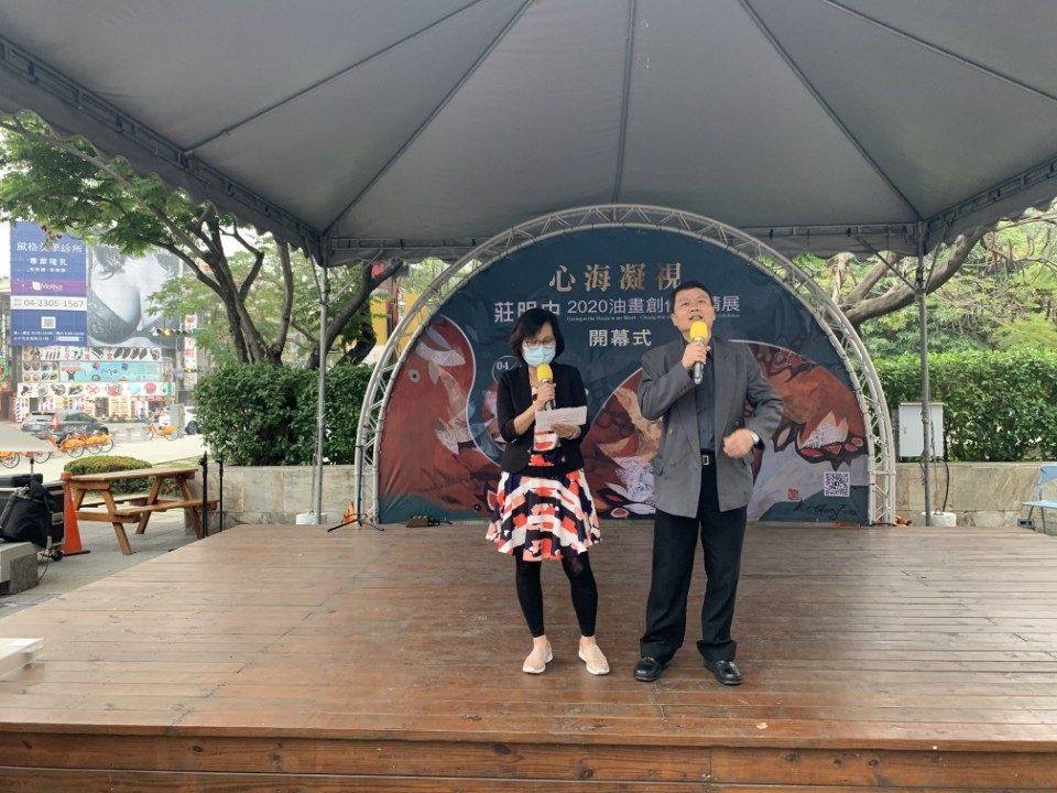 莊明中賢伉儷以歌聲感謝參加的朋友。(記者張越安翻攝)