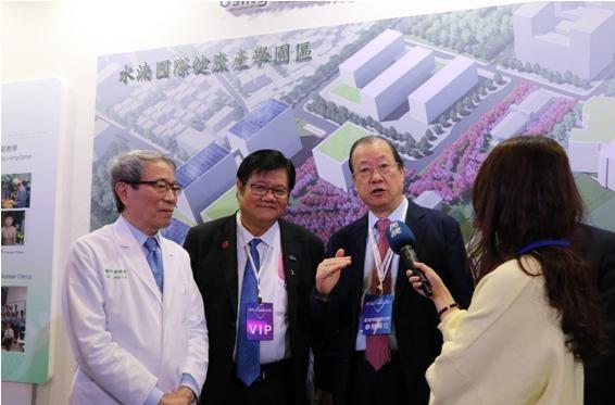 蔡長海董事長、洪明奇校長與鄭隆賓院長接受媒體訪問。(記者高秋敏翻攝)