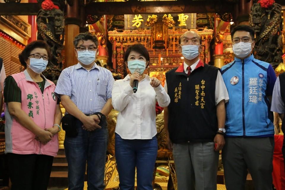 南天宮捐百萬助學校裝冷氣 盧秀燕感謝熱心公益。(記者張越安翻攝)