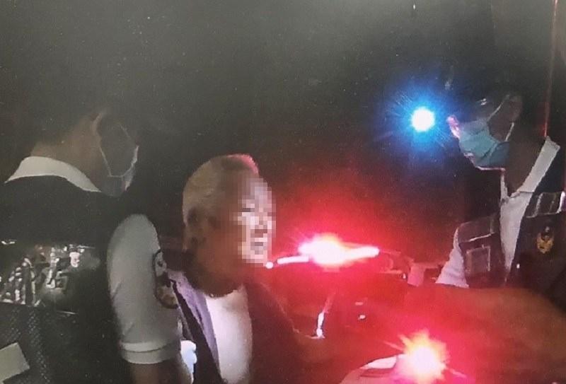 夜半外出買豆漿卻跌躺路旁 湖內警協助失智翁返家 。(特派員林惠貞翻攝)