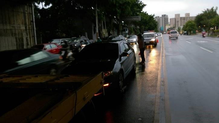 大雨婦人路中汽車拋錨 暖警緊急救難幫助脫困。(記者林俊維翻攝)