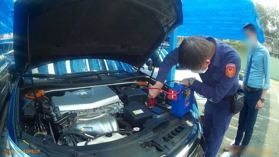 工程師來臺中修機械車輛沒電 暖警即刻救援助返家。(記者劉明福翻攝)