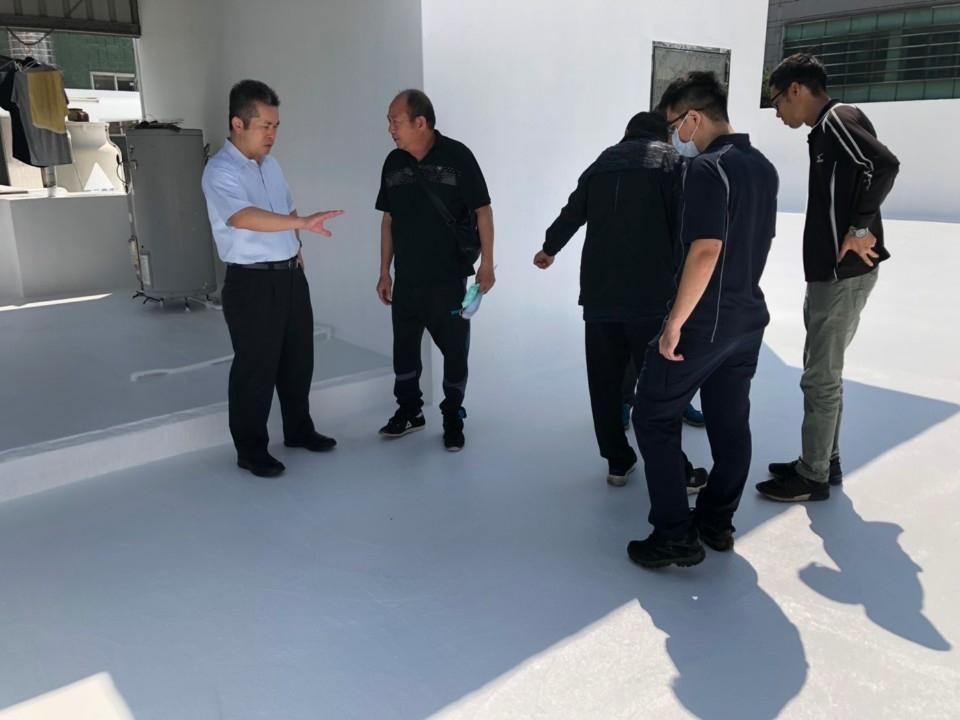 所長(左一白衣)與工程人員驗收。(記者張越安翻攝)