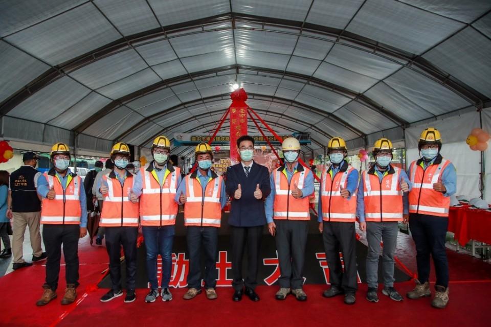 東區建成路地下道填平工程-施工團隊。(記者林志強翻攝)