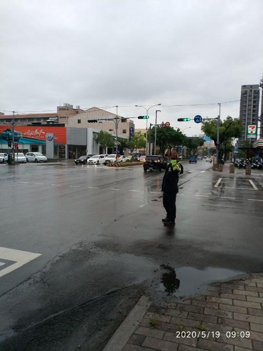梅雨季、大雨特報 開車上路前這些事你一定要知道。(記者林志強翻攝)