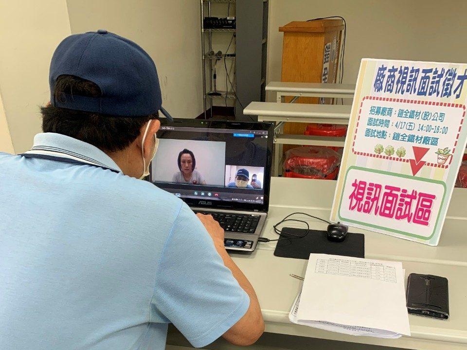 求職民眾至沙鹿就業服務站參與視訊徵才(資料照片)。(記者林志強翻攝)