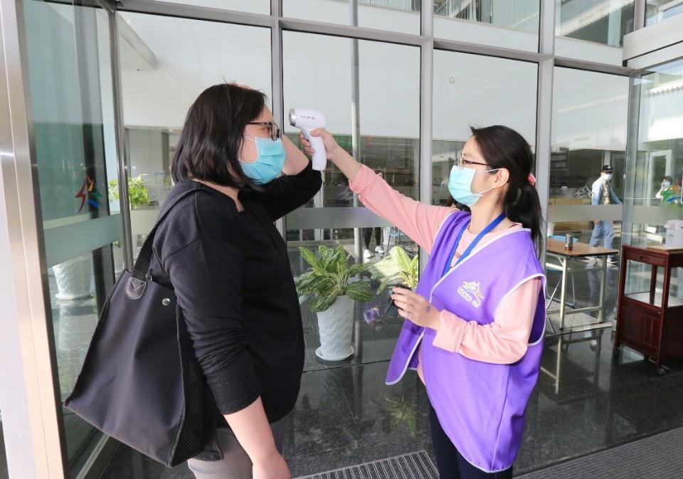洽公民眾進入市府所屬機關均須戴口罩、量測體溫、消毒雙手。(記者陳信宏翻攝)