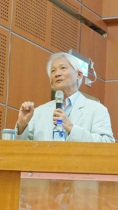 胡海國董事長演講精神健康。(記者張光雄翻攝)