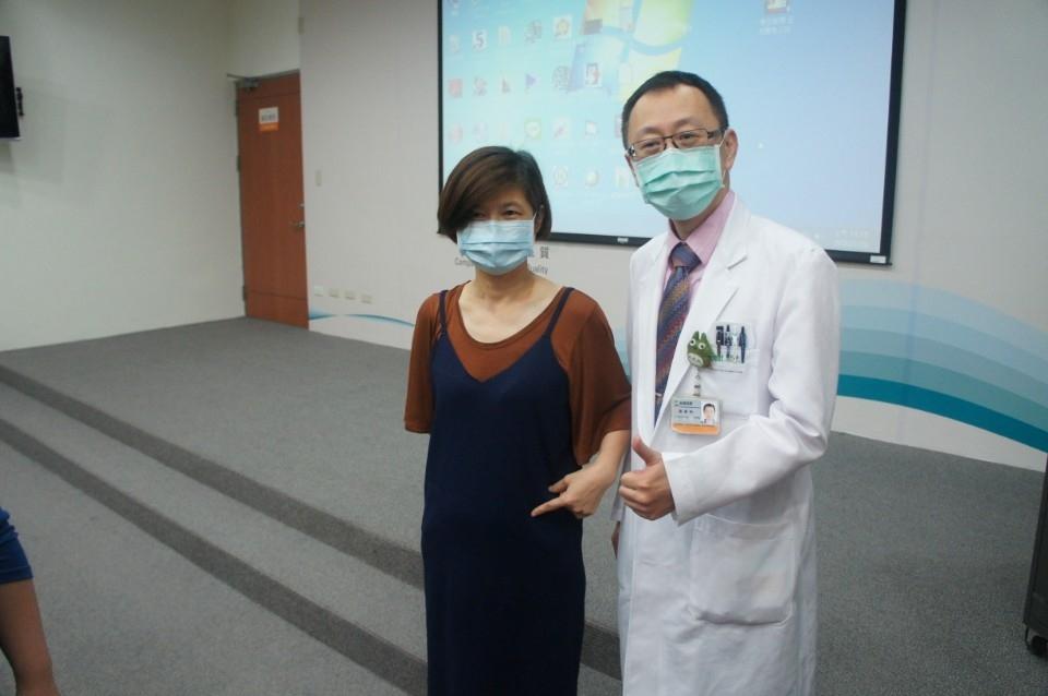蔣鋒帆主任與病友陳小姐。(記者林志強翻攝)