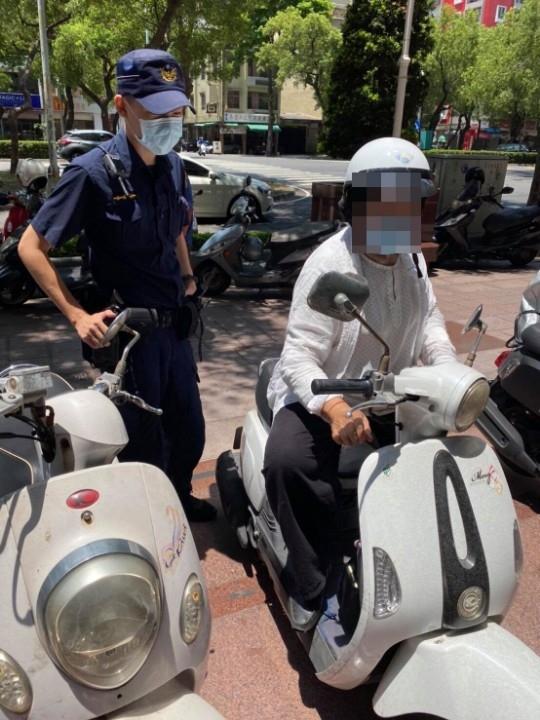 警員劉金城與民眾合影。(特派員林惠貞翻攝)