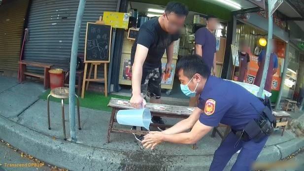 警察惹哭糊塗學生 手機掉水溝失而復得太感動了。(記者林俊維翻攝)