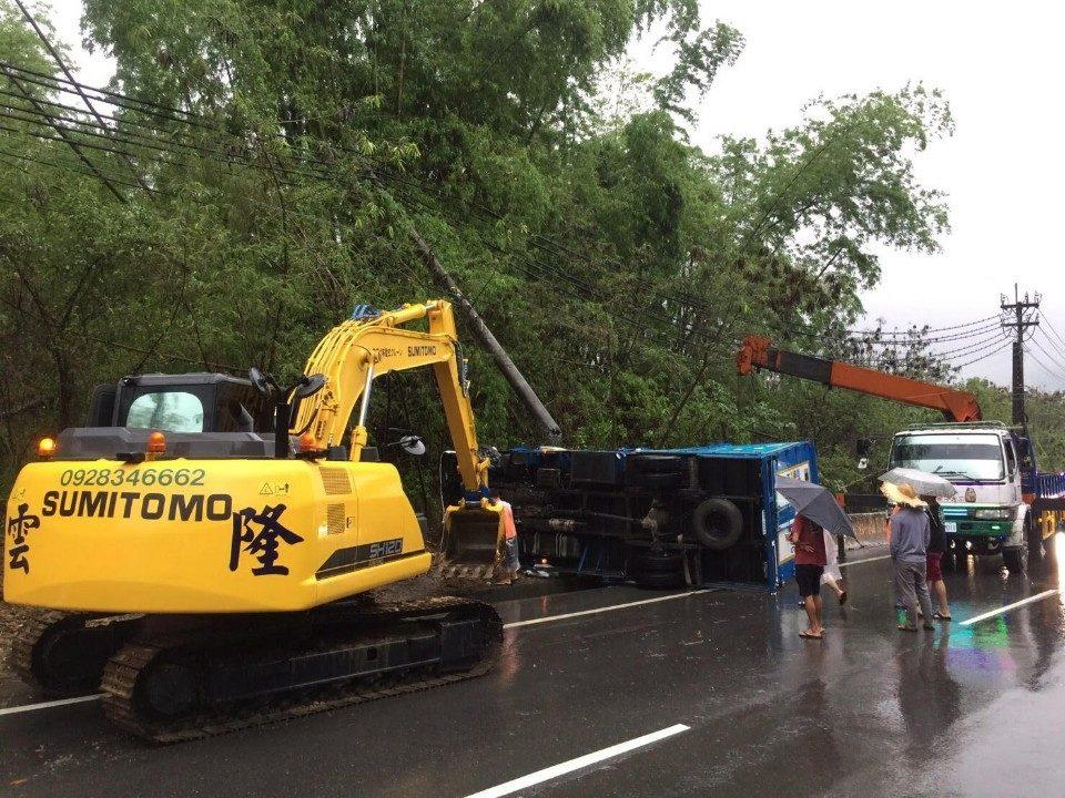豪大雨路面濕滑 車輛不慎翻覆旗警即刻救援。(記者劉明吉翻攝)