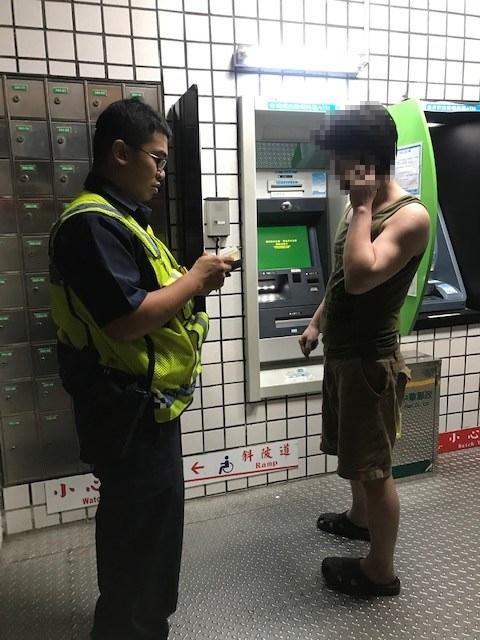邊通話邊操作ATM有鬼? 原來是枕邊人託付重要任務。(特派員林惠貞翻攝)