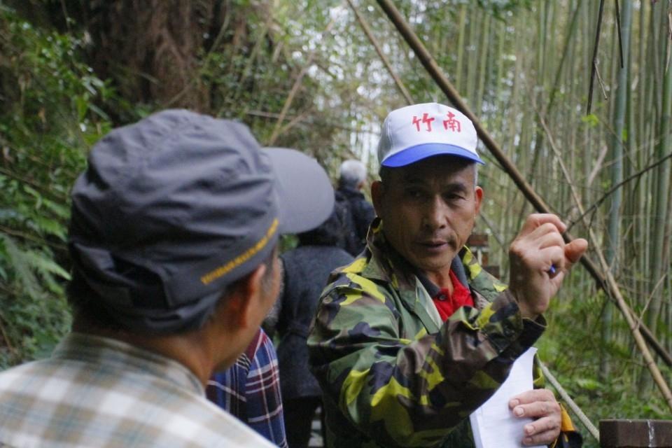 部落耆老介紹植物用途(圈谷資訊股份有限公司提供)。(記者詹美子翻攝)