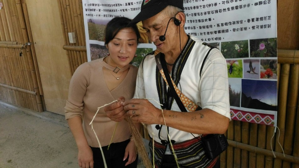 部落耆老利用植物製作泰雅童玩(圈谷資訊股份有限公司)。(記者詹美子翻攝)