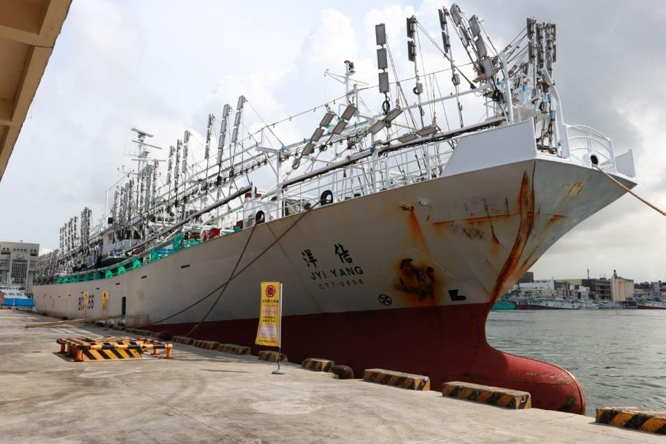 首艘漁船返抵高雄港 韓國瑜:未來兩個月不能鬆懈。(記者劉明吉翻攝)