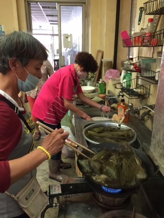 中市社會局邀無家者包粽子傳愛心。(記者白信東翻攝)