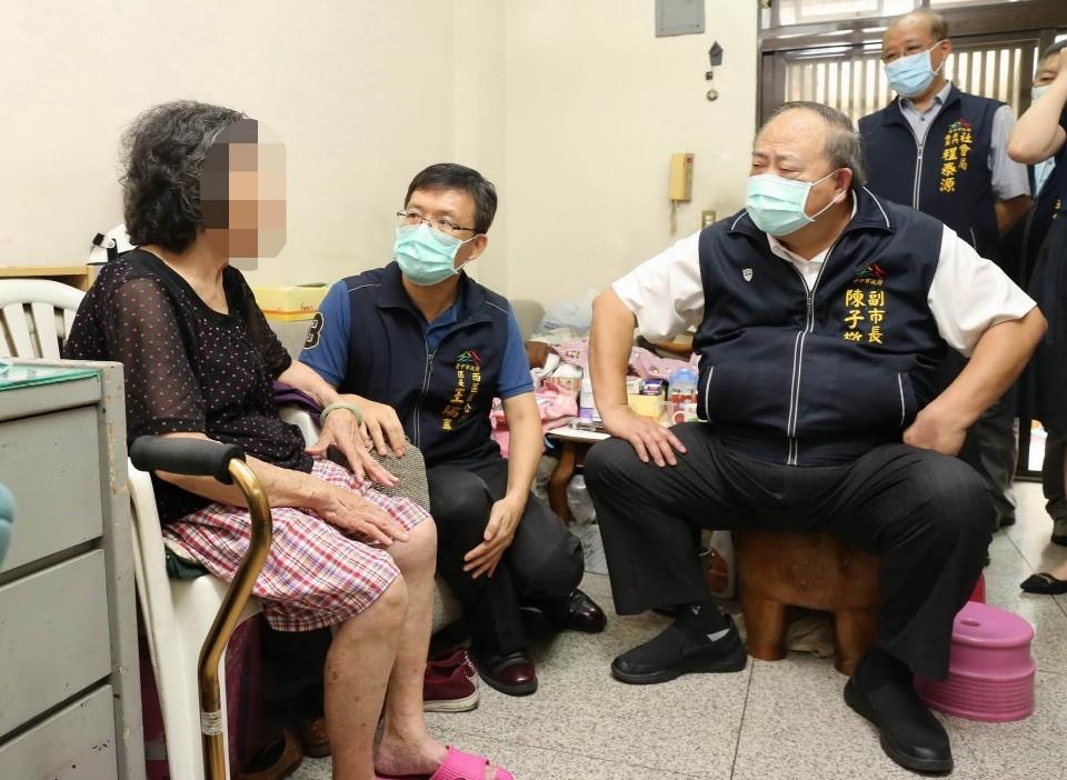 副市長陳子敬今(23)日親自探視西區江姓弱勢家庭,為江媽媽加油打氣。(記者林志強翻攝)