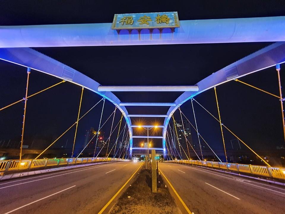 台中夜美麗!_虹揚、福安雙橋燈光美景吸睛。(記者白信東翻攝)