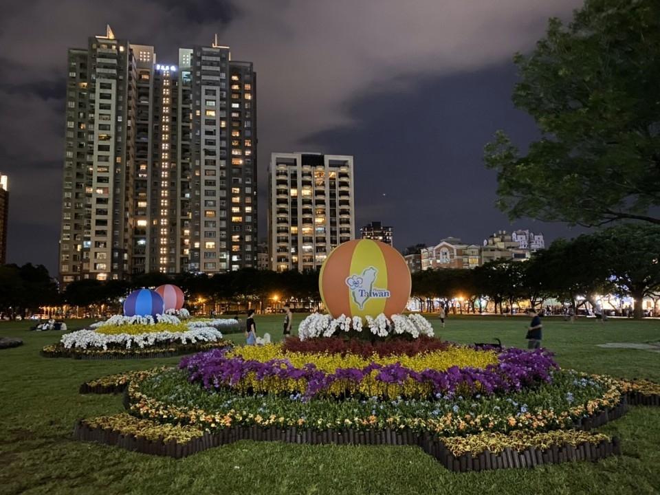 同心圓花卉裝置藝術現蹤市民廣場。(記者張越安翻攝)