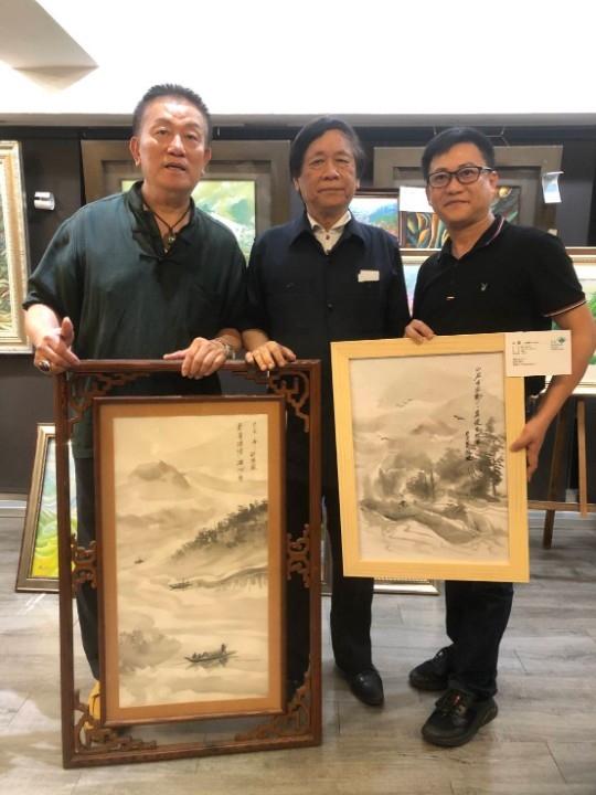 圖文:三義謝洧銘珍藏館標得許國風二幅水墨畫。(特派記者林志強攝影)