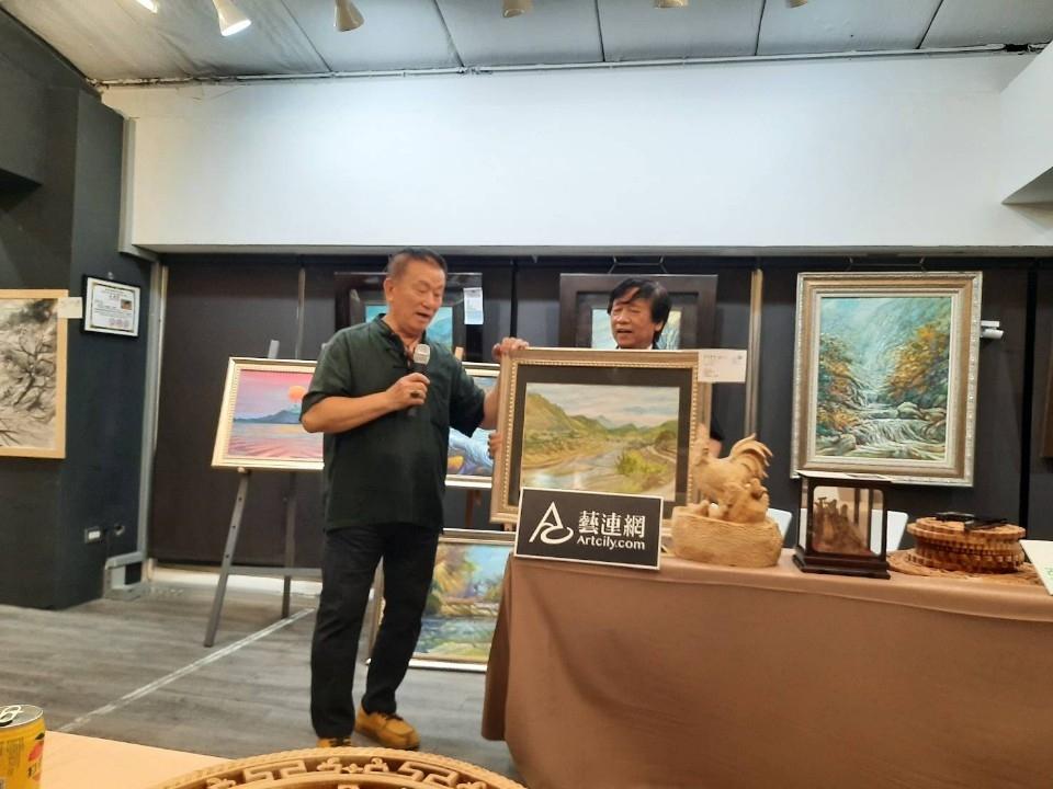 圖文:藏寶閣古董博物館館長古林受邀擔任晚會拍賣官。(特派記者林志強攝影)