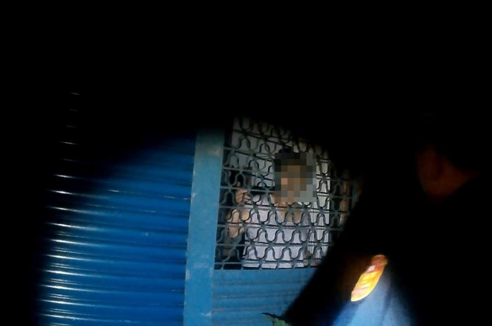 婦人受困家中向警方求助。(記者劉明吉翻攝)