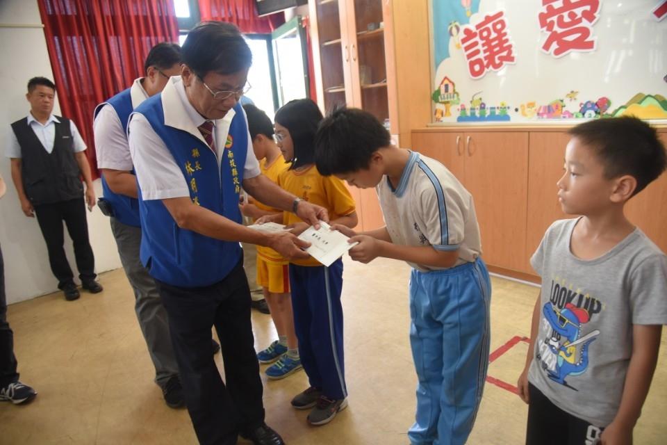 愛即時不間斷 縣府發放慰助金助南投20學童安心向學。(記者張光雄翻攝)