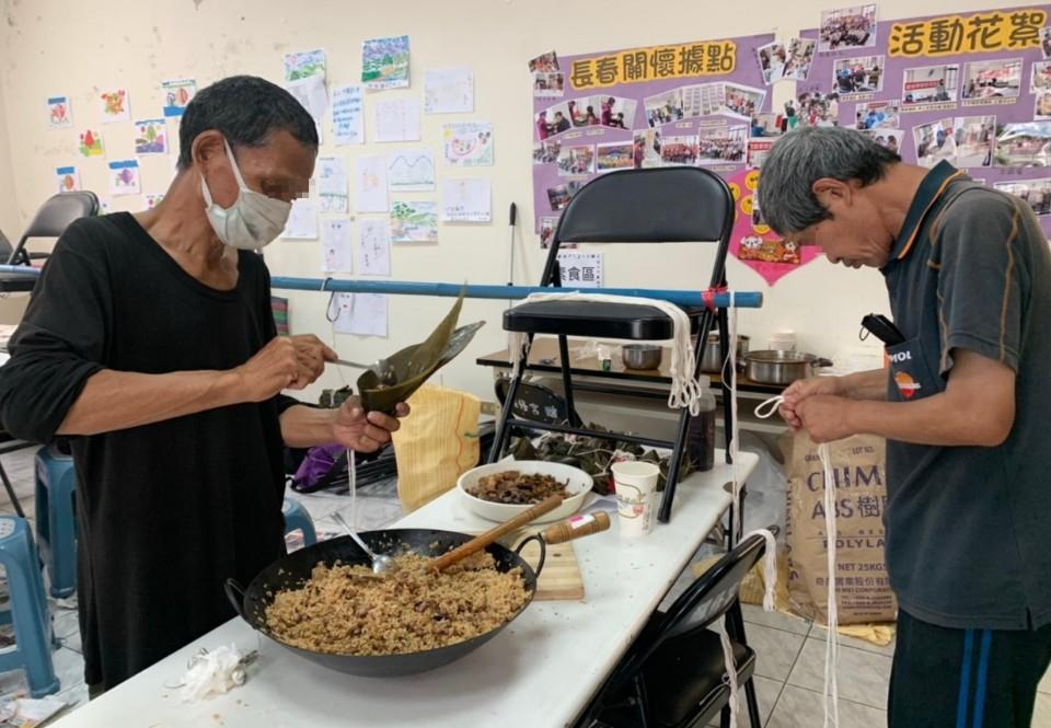 提前慶端午 中市社會局邀無家者包粽子傳愛心。(記者白信東翻攝)