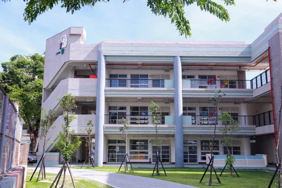 校方為新大樓舉辦命名活動 五年級葉元熏同學「彩舍」獲全校認同。(記者林志強翻攝)