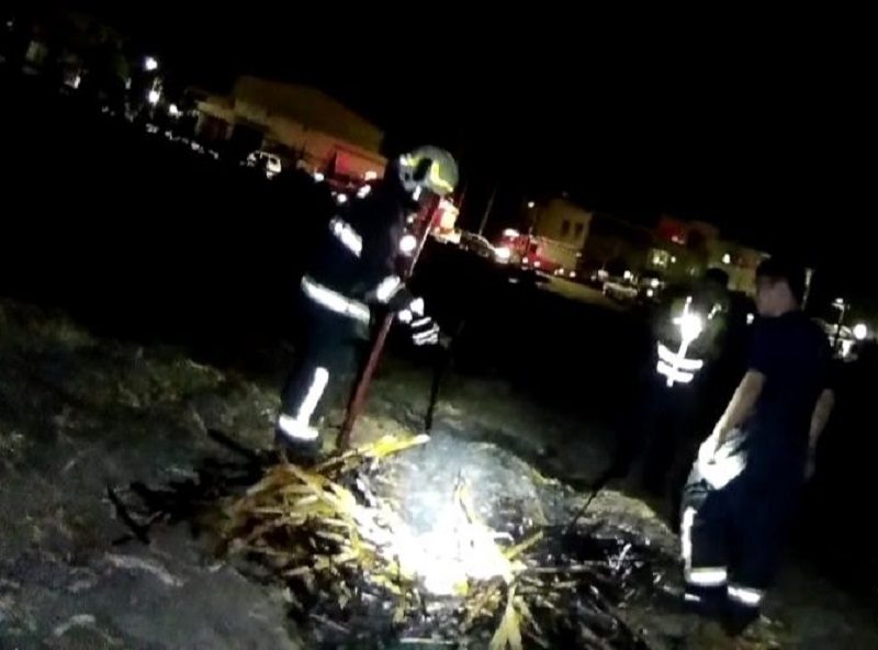 燃燒蔗皮製肥恐生危險 行政警秒變消防警守護家園。(特派員林惠貞翻攝)