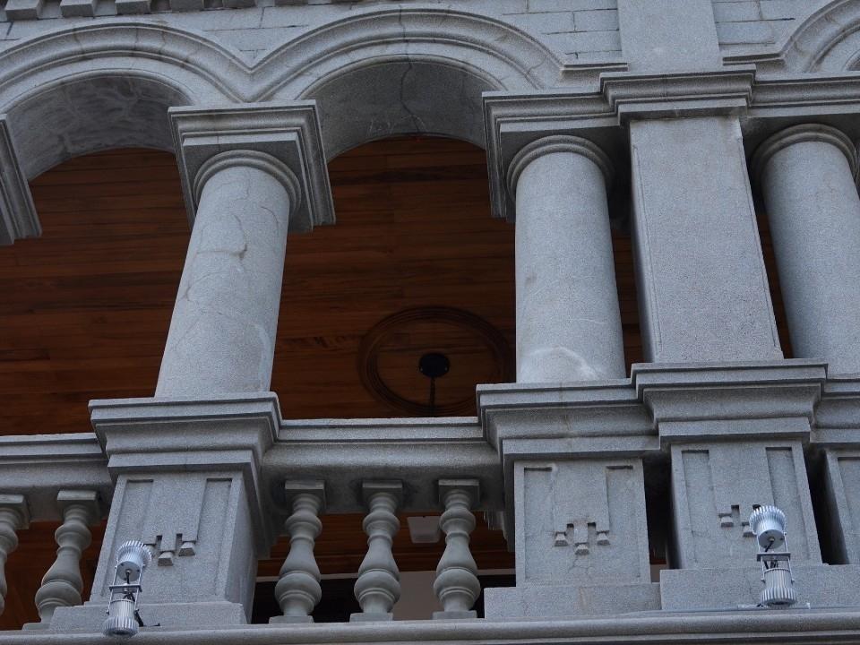 由傳統清水和西式洗石子工法磚砌而成的86個拱圈。(記者林志強翻攝)