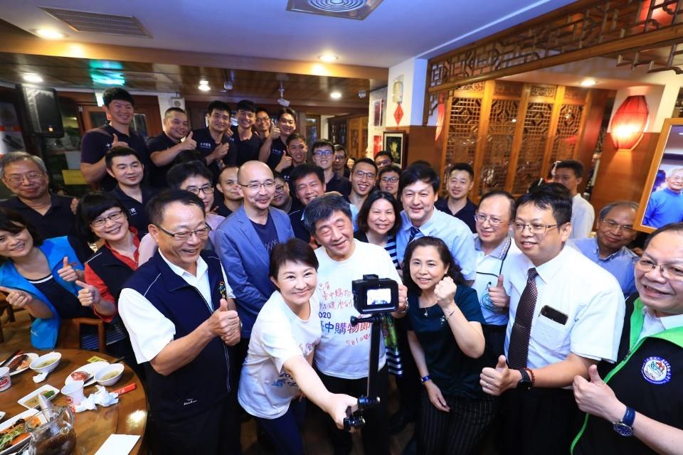 盧市長、陳部長與防疫人員一同用餐話家常,同仁也熱情爭相合照。(記者林俊維翻攝)
