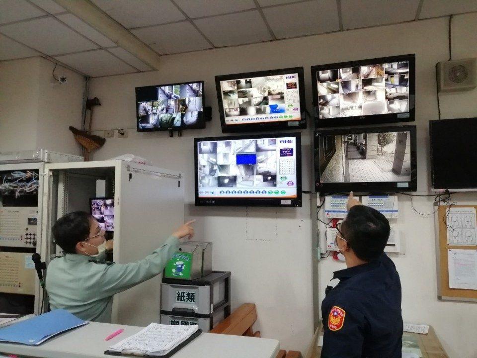 警方與校方一同檢視校園監視器狀況。(記者陳信宏翻攝)