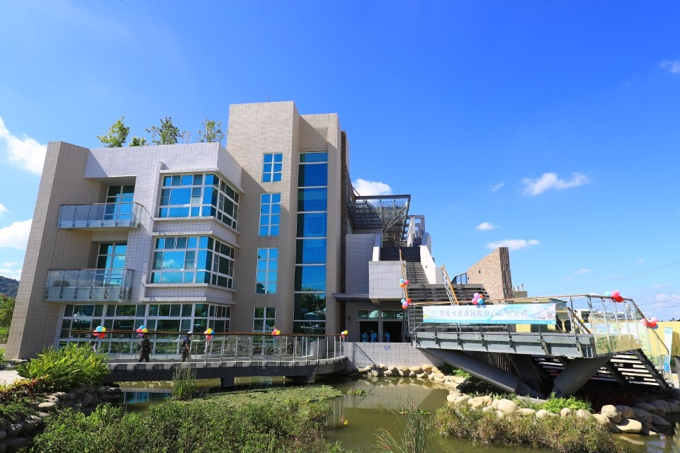豐原水資中心除既有汙水處理功能外-更是一座以綠建築概念打造的現代化建築。(記者白信東翻攝)