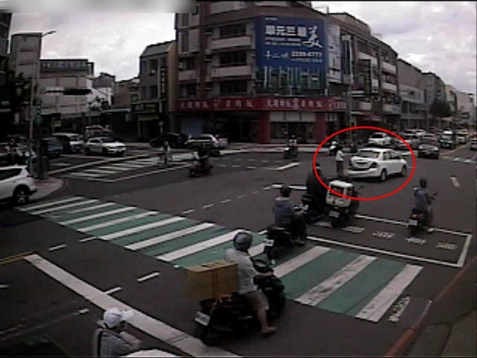 路口監視器顯示陳女冒險追逐至路口中央畫面。(記者張越安翻攝)