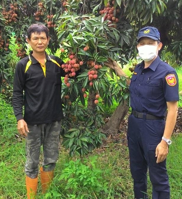 鄧姓果農感謝警方護荔勤務。(記者白信東翻攝)