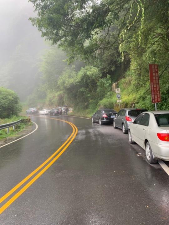 塔塔加遊憩區旅遊熱點 警方加強違規停車取締。(記者張光雄翻攝)