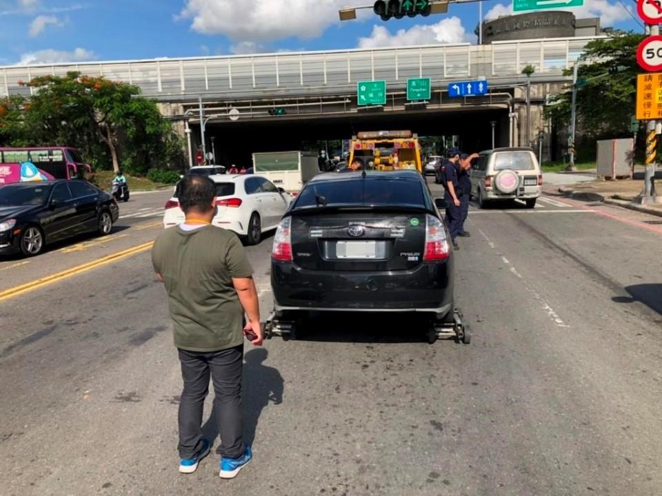 小客車拋錨困車陣,警急協助。(記者劉明吉翻攝)