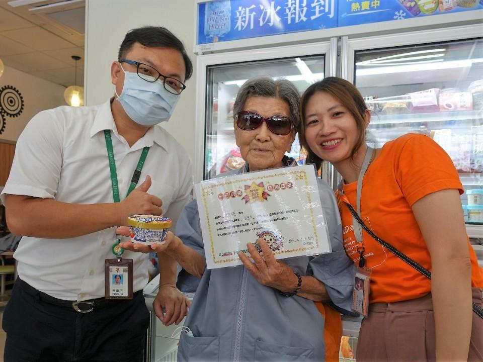 弘道統一提供 7-ELEVEN區顧問頒發體驗證書給90歲張阿嬤。(記者張越安翻攝)