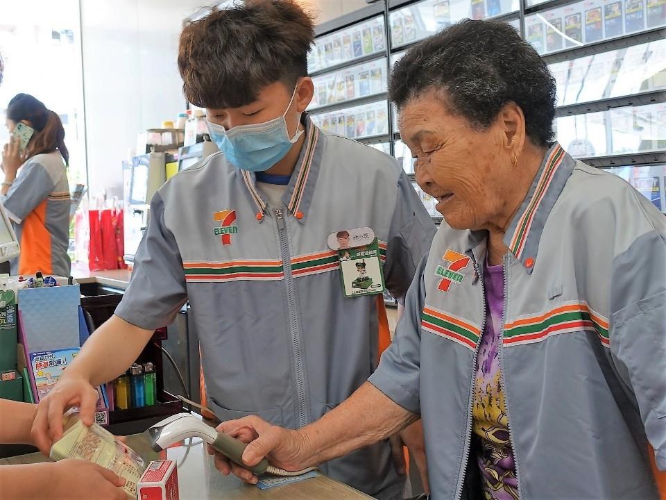 弘道統一提供  88歲簡阿嬤體驗結帳時表示,電腦好厲害,嗶一下就可以算錢了。(記者張越安翻攝)