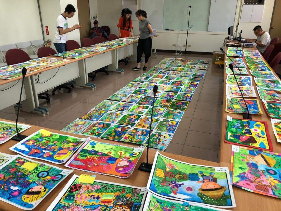 水保局首度舉辦「農村小童繪不繪」繪畫比賽,吸引全國老少熱烈響應,總計有六千餘件作品參賽。(記者張光雄翻攝)