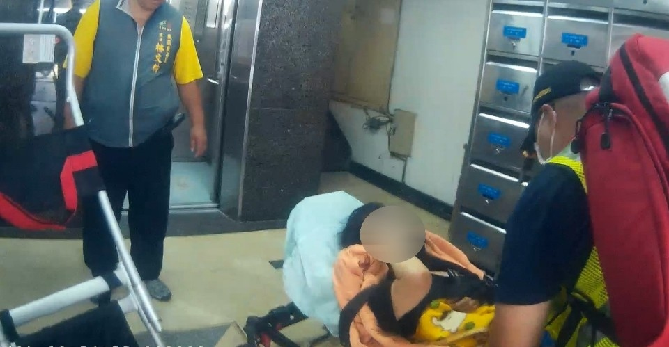 獨居婦洗澡跌倒2天無回應 警消破門及時搶救。(記者林俊維翻攝)