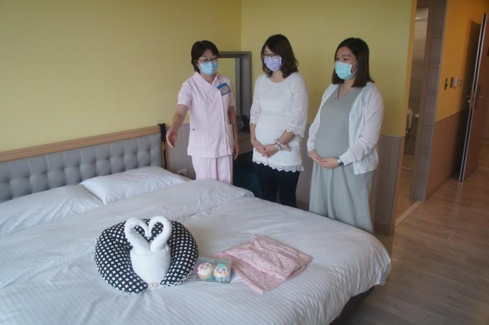 產後護理之家人員向待產孕婦介紹房內設施。(記者白信東翻攝)