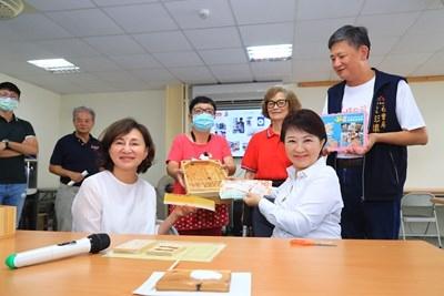 盧市長當場使用全數三倍券買了9座木製彈珠台-送給台中市9間親子館。(記者林志強翻攝)