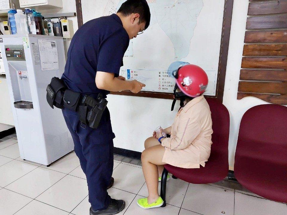 紅帽女孩半夜哭泣不要怕 警察叔叔保護妳。(記者劉明吉翻攝)